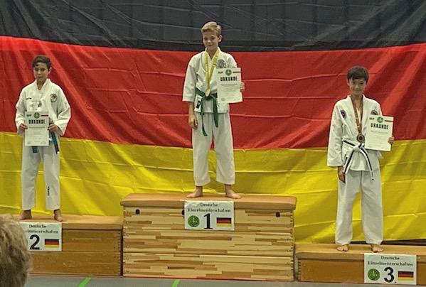 Moritz auf dem Siegerpodest auf Platz 1